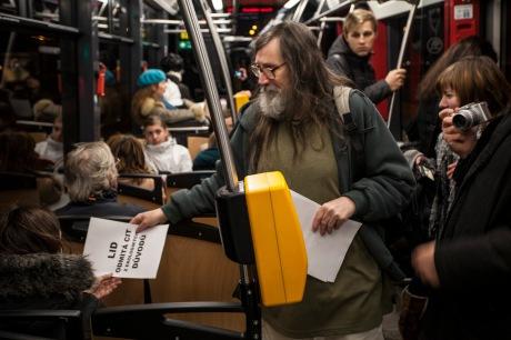 Lid odmítá číst z ekologických důvodů - z performance Vox populi v prosinci 2012. FOTO archiv