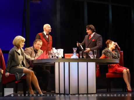 Renáta Klemensová (CLAIRE), David Viktora (PAUL), Václav Klemens (MANAŽER), Vladimír Polák (SERGE), Pavlína Kafková (BABETTE) Foto: Radovan Šťastný