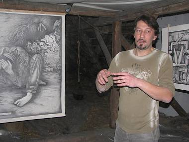 Výtvarník Martin Dohnal před svým dílem Syndrom elementárního zmoudřeníFOTO LUKÁŠ TREJBAL