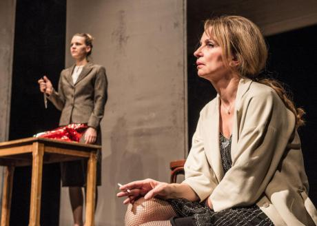 Zuzana Stavná (v pozadí) jako Vivie a Ivana Chýlková v titulní roli Paní Warrenové. FOTO archiv ČK