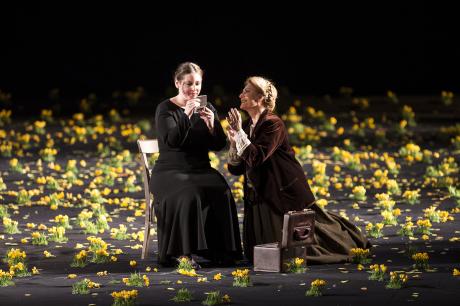 Jenůfa se chystá na svatbu, podlaha rozkvetla jarními květy. FOTO OPERA GRAZ