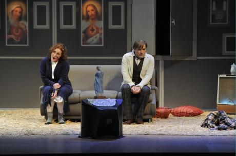 Jenůfa (Tamara Franetović Felbinger) s Lacou (Roman Sadnik) v bytě před televizí. FOTO CHORVATSKÁ STÁTNÍ OPERA ZAGREB