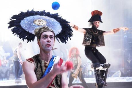 Do druhé části představení nastoupili herci bez knižních koturn a jako vyměnění. FOTO MARTIN ŠPELDA