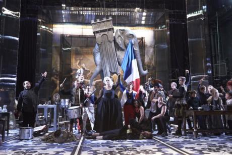 Do hlediště a na jeviště vtrhla tlupa komediantů, vyvolávačů, kejklířů, maškar, hudců a skákačů v historických kostýmech z dob francouzské monarchie. FOTO MARTIN ŠPELDA