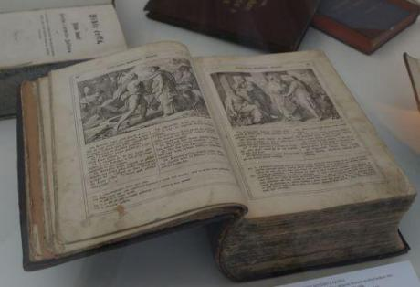 BIBLÍ ČESKÁ PÍSMO SVATÉ STARÉHO I NOVÉHO ZÁKONA, vydáno k tisíciletému výročí příchodu sv. Cyrila a Metoděje a obrácení Slovanů na křesťanskou víru. Repro archiv