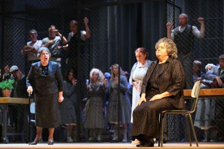 K sedící Jenůfě (Tamara Franetović Felbinger) zpívá Stařenka Buryjovka (Zlatomira Nikolova) FOTO CHORVATSKÉ NÁRODNÍ DIVADLO ZAGREB