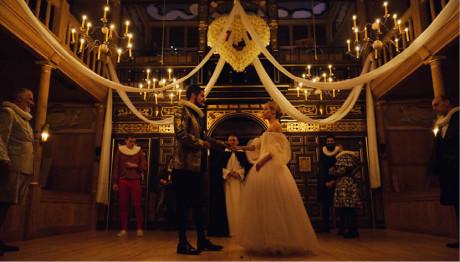 Divadlo s alžbětinským jevištěm  a několika svíčkovými lustry působí nádherně...  J. Ford: Škoda,  že byla děvka  (r. Michael Longhurst, prem. 23. 10. 2014, Shakespeare's Globe/Sam Wanamaker Palyhouse  FOTO SIMON KANE