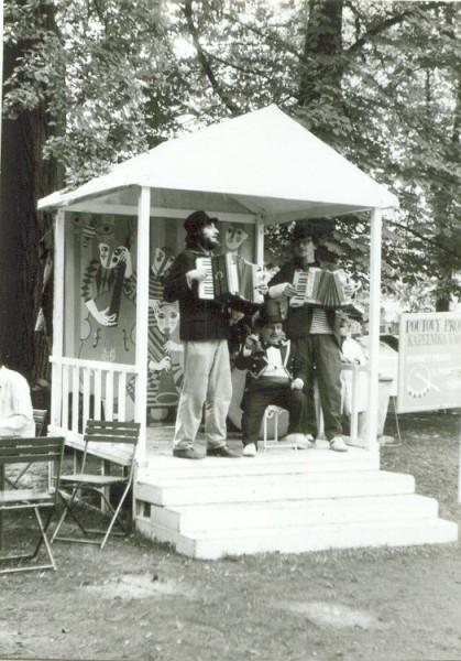 Kniha vyjde na jaře a my o desetiletí omládneme…Divadelní pouť na Střeleckém ostrově, 29.8.1985. FOTO VENCOVY FOTKY