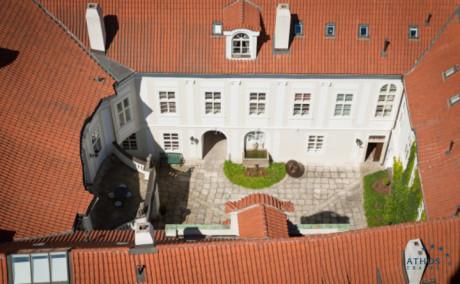 Mamaison Suite Hotel Pachtův Palác Prague - Mamaison Suite Hotel Pachtuv Palace. Divadlo Na zábradlí sídlí v pravé části budovy. FOTO archiv