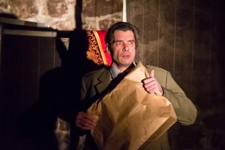 Pohledný muž příjemné tváře (Pavel Doucek) vstoupil do kostelíka s papírovým hnědým sáčkem. Nebo spíš papírovou taškou. FOTO archiv ČT