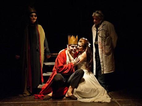 Herci hráli poslední chvíle člověka (zleva Helena Čermáková, Viktor Skála, Iveta Austová a Jan Mazák) FOTO archiv Divadla U stolu