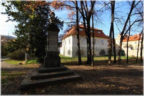 Praha 1 - Ostrov Kampa - Werichova vila a socha Dobrovského. FOTO archiv