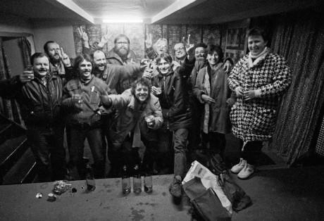 Představitelé koordinačního centra Občanského fóra v Prostějově a jejich příznivci přijímají zprávu o zrušení ústavního článku o vedoucí úloze KSČ ve společnosti 29. listopadu 1989. Jan Roubal čtvrtý zprava. FOTO BOB PACHOLÍK