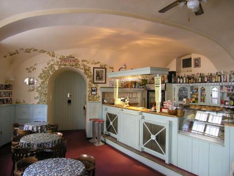 Café bar s vchodem, který bude - pravděpodobně - zazděn. FOTO archiv Apostrof