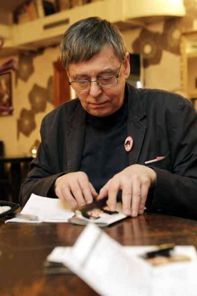 Každý večer po představení vyplňují porotci své hodnocení soutěžních komedií, zde předseda odborné poroty Jan Kolář. FOTO MICHAL KLÍMA