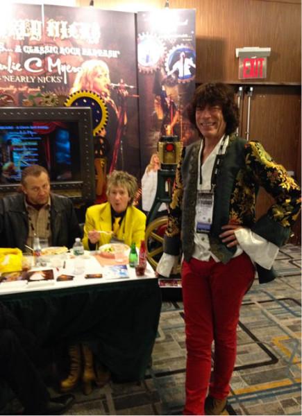 Potkávám téměř dokonalé dvojníky Micka Jaggera a Roda Stewarta (ve žlutém)  FOTO ARCHIV NDL