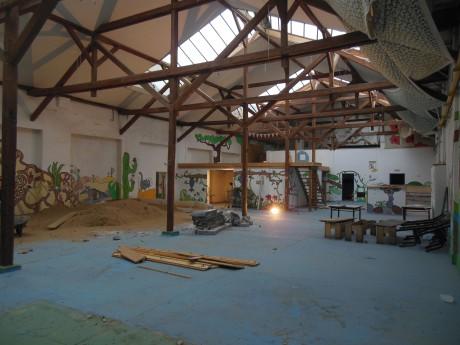Opuštěné haly v holešovickém industriálním areálu U Výstaviště byly naprosto zdevastované a prázdné. FOTO ŠTĚPÁN HEJZLAR