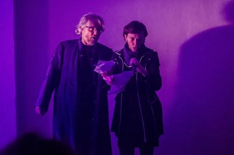 Tanečnice roku 2010 Tereza Ondrová a šéf jevištního provozu Nové scény ND Petr Voříšek jakožto nespoutané skladové sudičky dali novým halám do vínku hodně sil a úspěchů. FOTO RADEK HOLEŠ