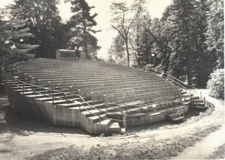 Český Krumlov - otáčivé hlediště v zámeckém parku - historická fotografie. FOTO archiv