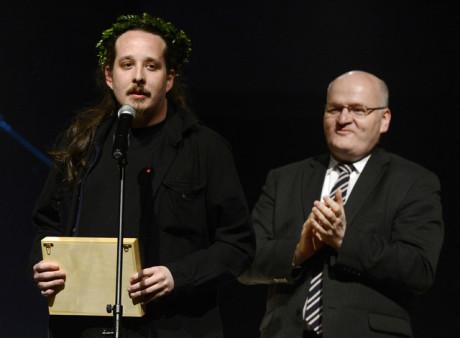 Režisér Jan Frič přebírá z rukou ministra kultury Daniela Hermana (vpravo) cenu za incenaci roku. FOTO ROMAN VONDROUŠ