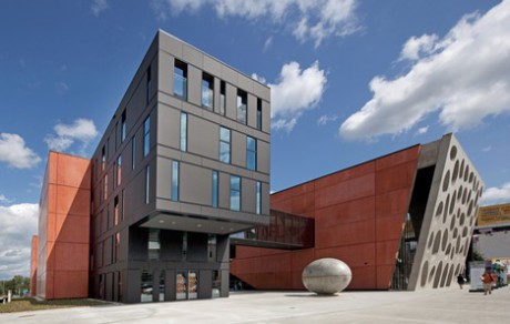 Jedním z kontrolovaných projektů je Nové divadlo. Jeho výstavba byla zahájena v červnu 2012 podle projektu vypracovaného architektonickou a projekční kanceláří Helika, a to na základě původního návrhu portugalské architektonické kanceláře Contemporanea Lda. Otevřeno bylo 2. září loňského roku slavnostním představením opery Bedřicha Smetany Prodaná nevěsta. FOTO archiv