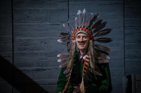 Do hry vstoupila postava hrající prezidenta Václava Havla. Usměvavý klouček s indiánskou čelenkou na hlavě. FOTO archiv NDB