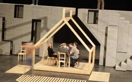 Do monstra betonové masy byl zařezán letní domek sestavený z bělostných dřevěných trámů a úzkých latěk. Obdélníkovými pruhy otvorů bylo vidět selský stůl a židle. FOTO archiv
