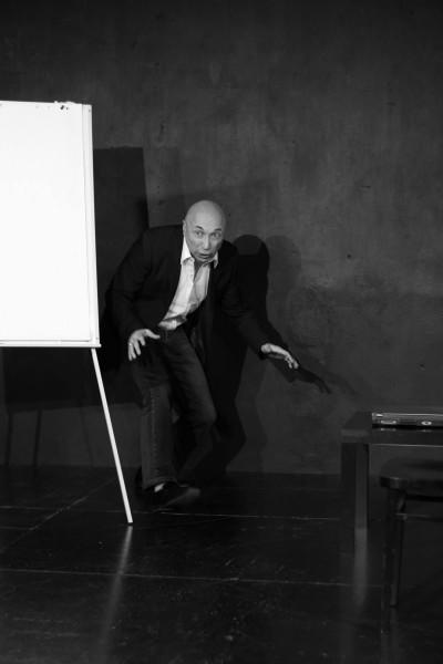 Řeč podvědomí je jiná než ta, kterou nám vštípila všeobecná výchova a vzdělání. (Vladimir Benderski v inscenaci Divadla Kámen Mamut mamut). FOTO archiv Divadla Kámen