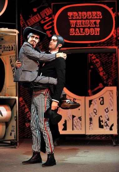 Herci vystřelovali míčky a diváci je bravurně přijímali. Můj Bóže, můj Bóže, ta se loká, tahle ta božská Kolaloka. FOTO archiv Divadla Radost