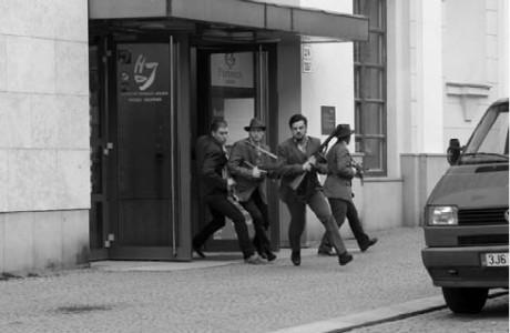 7:11, Jihlava – gangsteři (Matyáš Procházka, Martin Dobíšek, Lukáš Matěj a Lenka Schreiberová) vybíhají z Horáckého divadla