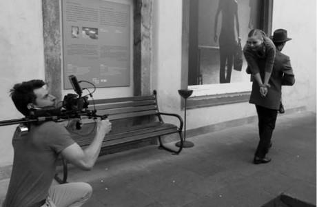 9:07, Praha – lehčí kritici jsou vynášeni z Divadelního ústavu, vše natáčí David Macháček