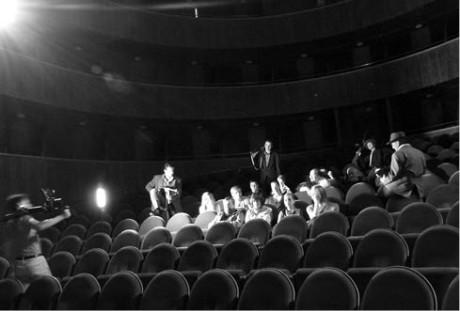 17:03, hlediště Horáckého divadla – mafiáni ukazují kritikům, jak se mají v divadle chovat
