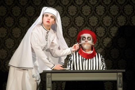 Komunikace mezi herci probíhá gesty a fyzickou akcí. FOTO archiv Divadla Drak