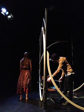 Vše se v příšeří odehrávalo v krychlové konstrukci s otočným kruhem na zadní straně. FOTO archiv souboru