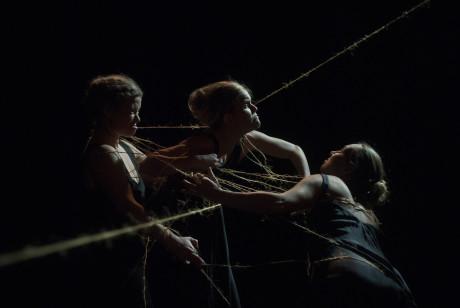 Tři sudičky, které se představily v Divadle Kampa – Viktoria Siwek, Elin Tisell a Maria af Klintberg – dokázaly svým způsobem hraní a vystupování takový nadpřirozený typ postav evokovat. FOTO DANIEL RUDHOLM