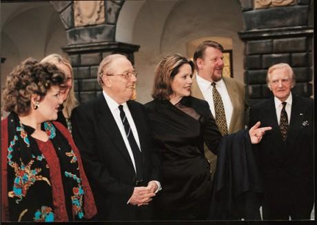 Obsazení nahrávky Dvořákovy Rusalky pro vydavatelství DECCA, zámek Nelahozeves, 1998. Zleva DoloraZajick - Ježibaba, Iveta Yveta Synek Graff–coach češtiny, Sir Charles Mackerras – dirigent, Renée Fleming – Rusalka, Ben Heppner – Princ, prof. Miroslav Turek (ten se zasloužil o to, že Renée Fleming měla první recitál v Nelahozevsi v roce 1996). FOTO archiv autora