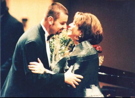 rogram recitálu Renée Fleming v létě 1999 v Praze a předání květin po árii Měsíčku na nebi hlubokém… Repro archiv autora