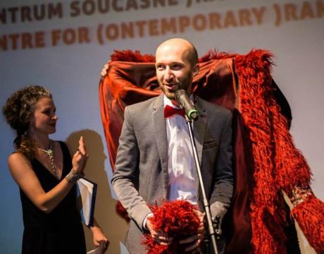 Mikoláš Tyc si obléká kožich Marka Ravenhilla. FOTO archiv