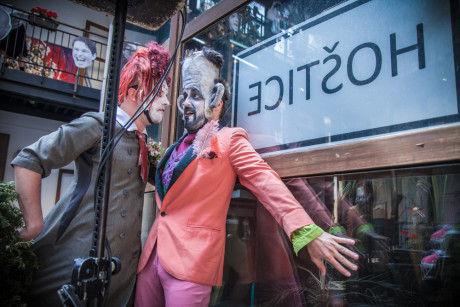 na pódium vlétli dva zmalovaní loutkoherci ve zrůdných maskách. Hráli rozšklebené loutkové divadlo o šklebícím se Trošičkovi a jeho divácké úspěšnosti. FOTO JAKUB JÍRA