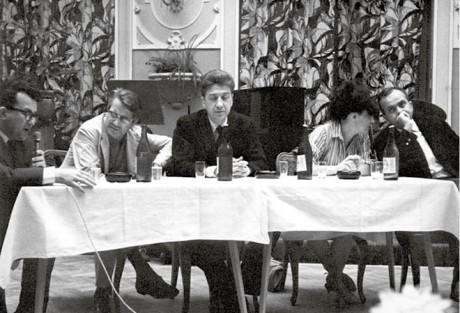 Tisková konference k filmu Válka skončila na MFF v Karlových Varech v roce 1966. Zleva filmový publicista Jiří Struska, scenárista Jorge Sernprún, režisér Alain Resnais, producentka Catherine Winter a já FOTO ARCHIV