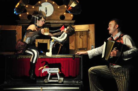 Inspirace jarmarečním divadlem a kramářskými písněmi je zřejmá. FOTO JIŘÍ N. JELÍNEK