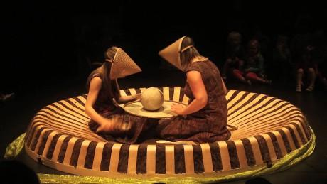 Dvě muzikantky – herečky Astrid Bossuyt a InezCarsauw nabídly divákům hudební představení založené na asociativním rozvíjení různých momentů. FOTO archiv