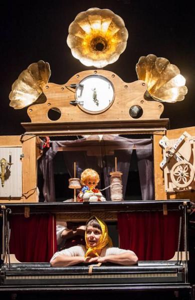 Scénograficky dobře vymyšlená hrací skříň skýtala dvě kukátková jeviště. FOTO MICHAL FANTA