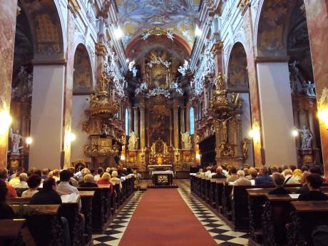 Celkový pohled od hlavního vchodu k oltáři kostel juzuitů Nanebevstoupení Panny Marie. FOTO MARIE ŘÍDKÁ