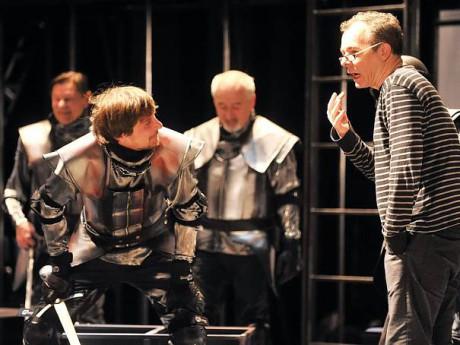 Peter Gábor v Horáckém divadle při jedné ze zkoušek hry Merlin aneb Pustá zem. FOTO archiv HDJ