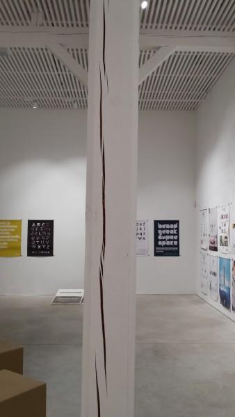 Galerijnú miestnosť v pavilóne Alfa v košickom Kulturparku museli zavrieť, pretože sa na jej nosných drevených stĺpoch objavili výrazné praskliny. FOTO archiv K13