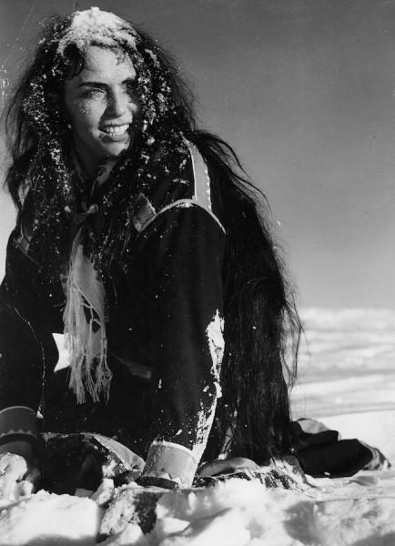 Bílý sob: První mezinárodně úspěšný finský film je uměle vytvořenou bájí o ženě proměňující se s příchodem noci v bílého soba, který zabíjí své pronásledovatele. V působivých exteriérech finského Laponska vyniká fotogeničnost zasněžené krajiny, kterou umocňuje hudební doprovod, v němž zaznívají ozvěny joiků i žalmů. FOTO archiv LFŠ