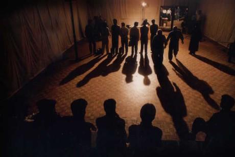 Íránský tvůrce Mohsen Makhmalbaf natáčí sám sebe a několik tisíc účastníků konkurzu na svůj údajně připravovaný (ve skutečnosti však fiktivní) hraný snímek. Salaam Cinema se tak stává dokumentárním dialogem mezi režisérem a herci, mezi filmařem a diváky, ale i mezi kinematografií a skutečností. FOTO archiv LFŠ