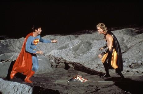 Nezáměrně nejsměšnější komiksový film všech dob nabízí nejen absurdní scénář a zfušované speciální efekty, ale také upomínku na dobu před tím, než Nolanova trilogie o Batmanovi uvrhla celý žánr do zasmušilosti a sofistikované vážnosti. Tedy na dobu, kdy superhrdinové byli zábavou pro malé děti a otrlé diváky. FOTO archiv LFŠ