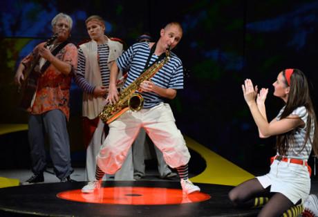Na jevišťátko vběhla herecká tlupa pěvecky zdatných klaunů, žonglérů, hudebních excentriků i slovních ekvilibristů. FOTO archiv